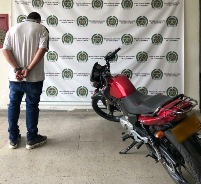En Itagüí, capturan sujeto que andaba en motocicleta reportada como robada - Itagüí Hoy